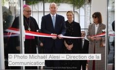 Слева направо: Архиепископ Монако Бернар Барси, Князь Альберт, Княгиня Шарлен, Каролин Принцесса Монакская и Ганноверская.